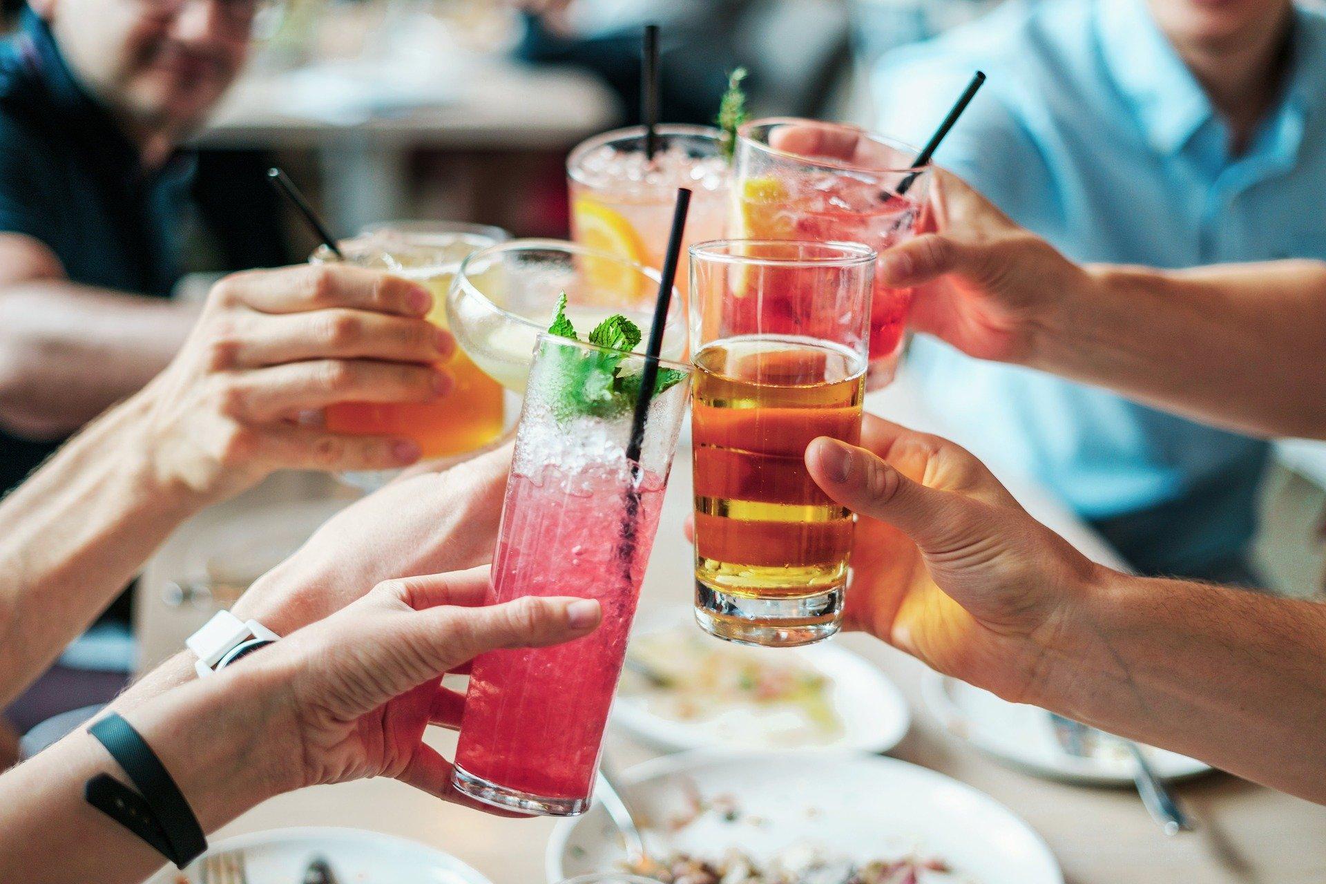 Cocktailanstoßen